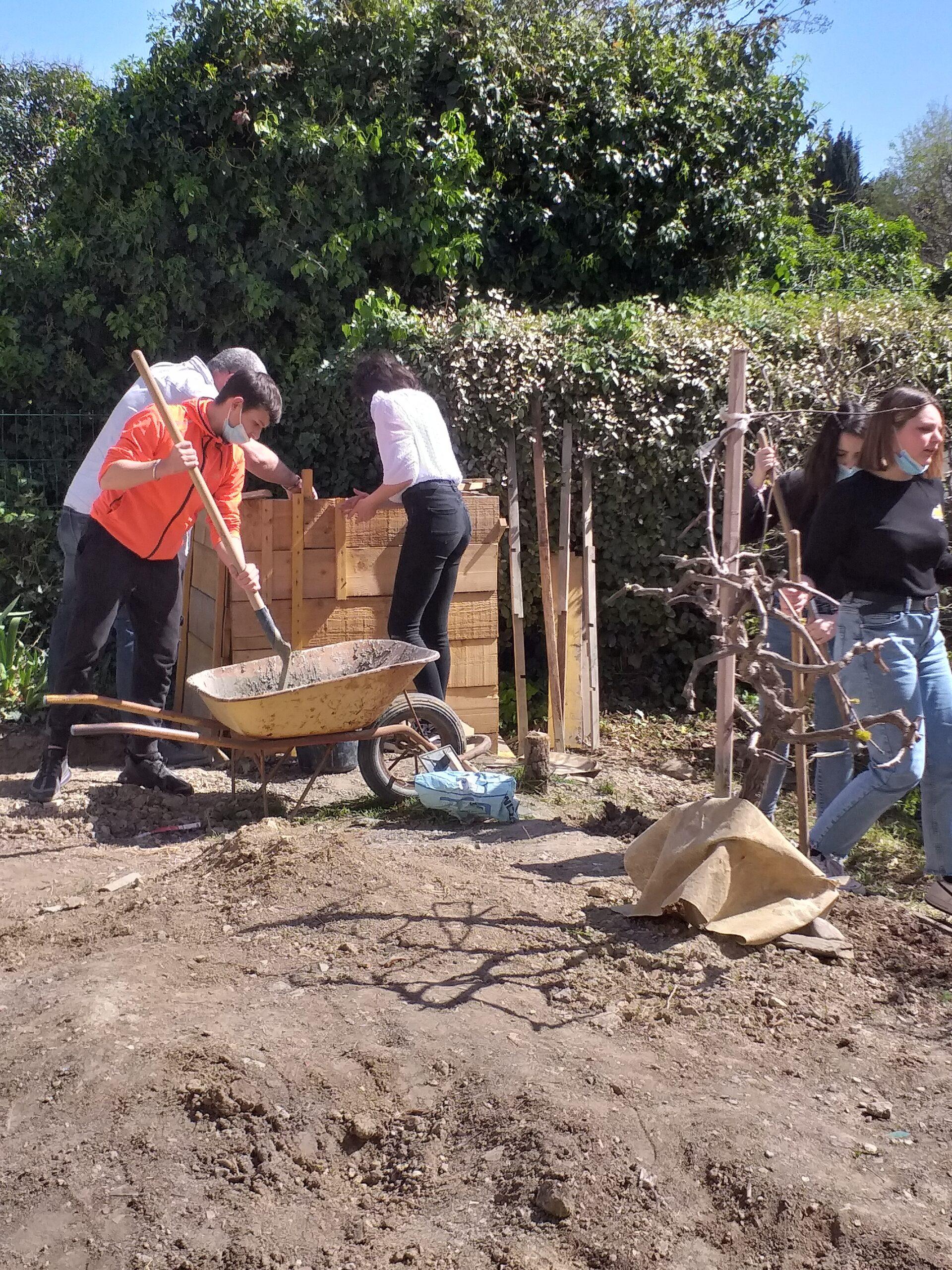 Mars 2021 en EPI Agroécologie : les collégiens bâtissent un bassin pour récupérer l'eau de pluie.